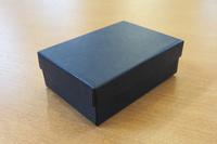 最初のコンタクトから数日後に届けられた、紺色の小箱。シミもつぶれもなく、非常に奇麗な状態である。この箱だけでも「大事に扱われてきたものなんだろうな」と分かる。