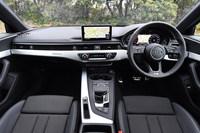 インストゥルメントパネルまわりは従来モデルから一新。運転席側に向けて設置されていたセンタークラスターは廃止となり、新たに横基調のデザインを採用している。