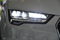 マトリクスLEDヘッドライトはロービーム用のLEDと、ハイビーム用の19個の小さなLEDで構成されている。