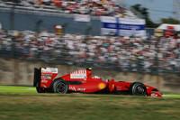2010年にルノーからフェルナンド・アロンソを迎え入れることがようやく発表されたフェラーリ。追い出されるかたちのキミ・ライコネンだが、しかし腐ることなく、既に開発が止まっている「F60」で文字通りの孤軍奮闘、5番グリッドから4位入賞を果たした。ジャンカルロ・フィジケラは12位完走無得点。コンストラクターズランキング3位の座は、2点後方に迫るマクラーレンに脅かされている。(写真=Ferrari)