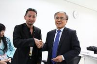 韓国COTY選考委員のチャーリー・チェさん(右)。
