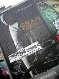 シエナの街に貼られた映画「グラントリノ」の告知ポスター。