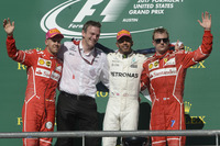 F1第17戦アメリカGPを制したメルセデスのルイス・ハミルトン(写真右から2番目)、2位に入ったフェラーリのセバスチャン・ベッテル(同左端)、3位でレースを終えたフェラーリのキミ・ライコネン(同右端)。(Photo=Ferrari)