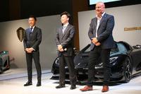 左から、ケーニグセグ・ジャパンの中村仁史セールスマネジャー、同社の藤巻秀平CEO、スウェーデンにあるケーニグセグ ・オートモーティヴのクリスチャン・フォン・ケーニグセグCEO。