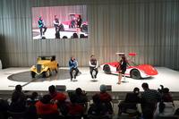 日産グローバル本社ギャラリーで行われた、星野一義氏、長谷見昌弘氏によるトークショー。ステージ上に展示されているのは、戦前に量産された「ダットサン14型フェートン」と、1960年代に活躍したレーシングカー「日産R380(II型)」。