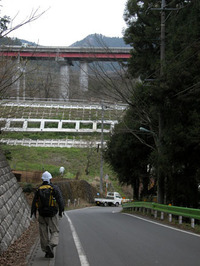裏高尾に入ると、大自然から一変、巨大な道路と線路が目に飛び込んできた。