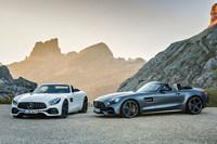 「メルセデスAMG GTロードスター」(左)と「AMG GT Cロードスター」(右)。