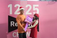 新型「クラウン」のキーを渡すジャイアン役の小川直也さん(写真左)と、受け取るジャイ子役の前田敦子さん。
