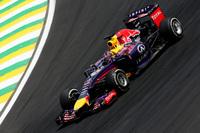 レッドブルのベッテルは、6番グリッドからスタートで8位まで落ちるも、その後巻き返し5位。最初のつまずきだけが悔やまれる。チームメイトのダニエル・リカルドはメカニカルトラブルでレース半ばにヘルメットを脱ぎ、連続入賞は「15」で止まった。サスペンション・トラブルが疑われている。(Photo=Red Bull Racing)