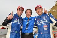 勝利を喜ぶ、TEAM IMPULの面々。写真左から、J.P・デ・オリベイラ、星野一義チーム監督、そして松田次生。