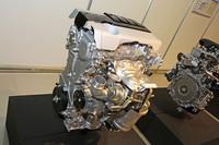 AR系2.5リッターをベースに2リッターに縮小しターボを装着した、トヨタ初となる過給ダウンサイジング直噴エンジン。こちらの市場投入予定は2014年以降で、搭載車は未定という。トヨタの乗用車用ターボエンジンは、2007年で販売終了した「カルディナGT-FOUR」に搭載された3S-GTE以来となろうか。