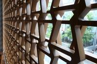 ガラス面に用いられている「スピンドルグリル」の模様。