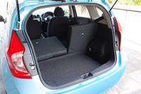 荷室の容量は、先代モデル(338リッター)よりわずかに少ない330リッター。後席を倒すことで、大きな荷物にも対応する。