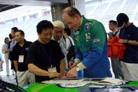 アルピナ副社長のボーフェンジーペン氏(写真右)の姿も。ファンからしきりにサインや記念撮影をねだられていた。