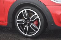 アルミホイールは、計4タイプが用意される。サイズは標準で17インチ。テスト車には「JCWカップ スポーク 2トーン」と呼ばれる18インチアルミホイールが装着されていた。