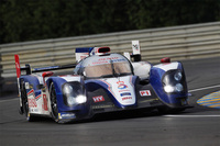 予選アタック中の「トヨタTS030 ハイブリッド」。この7号車は、日本人ドライバーの中嶋一貴もドライブした。