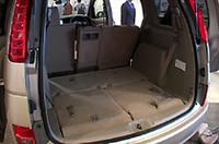 床下に格納できるサードシート。しまえばフラットな荷室に。