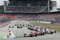 スタートでトップを守るポールシッターのハミルトン。マッサが追いかけるが、両車の差は広がるばかり。18周でハミルトンがピットインするまでに11秒のギャップが築かれた。(写真=Mercedes Benz)