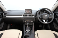 インパネデザインでは、ドライバーが走りに集中できる空間と、開放的で心地よいパッセンジャー空間の両立を目指した。
