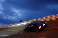 夕暮れの中、高速周回路を全開走行する「トヨタMIRAI」。その数値と高速域での性能に注目されたい。