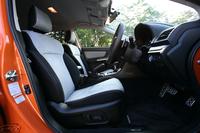 テスト車の「ハイブリッド 2.0iーL EyeSight」は、シートやドアトリムの一部にシルバーアルカンターラを採用。内装色はベーシックな「ハイブリッド 2.0i」のみがブラック、その他のグレードはシルバーとブラックのツートンとなる。