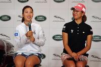 女子プロゴルファーの上田桃子選手(写真左)は、「運転中に眠くなると、窓を開けて大声で歌を歌ってます」などと、日ごろのドライブの様子を紹介。会場の笑いを誘った。