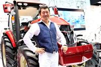 奥山清行氏と「ヤンマーYT5113 リミテッドエディション」。