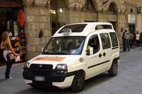 イタリア。「フィアット・ドブロ」のタクシー仕様。
