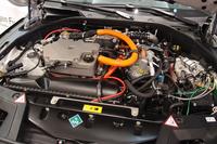 フロントのボンネット下には、燃料電池スタックをレイアウト。バッテリーとモーターはリアに搭載される。