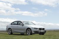 """「BMW 320i」も「328i」と同じく、ノーマル仕様のほかに「スポーツ」「モダン」「ラグジュアリー」のテーマごとに内外装や装備品がコーディネートされる""""デザインライン""""が用意される。今回の試乗車は「スポーツ」。バンパー下にはシルバーのラインが添えられ、ワイド感が強調されている。"""