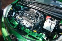 今回新たに採用された、1.3リッター「1NR-FE」ユニット。アイドリングストップ機能との組み合わせで、最高26.5km/リッター(10・15モード値)の燃費を稼ぐ。