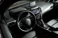 「プレミアム」はマグネシウム製シフトパドルやアルミペダル、ヘッドアップディスプレイなどを標準装備。パーキングブレーキは電気式となる。