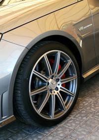 ホイールのデザインもリニューアル。フロントフェンダーには「V8 BITURBO(ツインターボ)」のエンブレムが添えられる。