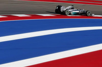 予選でブレーキのロックに悩まされたハミルトン(写真)はロズベルグにポールポジションを奪われ、不利な偶数グリッドの2番手からスタート。レース序盤はロズベルグを追いながら、つかず離れずの距離で機が熟すのを待ち、タイヤをミディアムに替えた中盤にロズベルグをオーバーテイク、そのままトップでチェッカードフラッグを受けた。ロズベルグとの間に24点のマージンを築き、残るブラジル、アブダビに向かう。(Photo=Mercedes)
