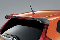 「RS」または各グレードの「Sパッケージ」に対応する「カーボンアッパーウイング」。6万3000円。