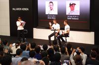 Hondaウエルカムプラザ青山で開催された、「McLaren-Hondaドライバーアピアランス」の様子。