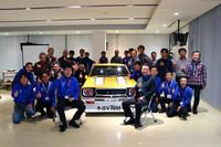 「チェリーF-IIクーペ TSレース仕様」と、同車の再生に携わった日産名車再生クラブのメンバー。