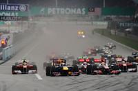 スタートでトップに立ったのはポールシッターのベッテル(先頭)。予選2位のルイス・ハミルトン(その右)が続くと思われたが、大外からルノーの2台が迫り、ハイドフェルドが2位の座を奪った。(Photo=Red Bull Racing)