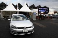 10ベストカー取材会場に設置された、フォルクスワーゲンのテント。COTYのシステムをざっとおさらいすると、選考対象となるのは、前年の11月1日から当年の 10月31日までに日本国内で発表、または発売された乗用車のうち、500台以上の年間販売台数が見込め、かつ当年の12月下旬までに一般消費者が日本国内で購入できるクルマとなっている。