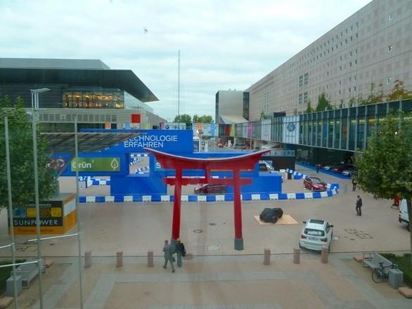 """フランクフルトモーターショーの会場は今回もフランクフルト・トレード・フェア・グラウンド(メッセ)。敷地面積は約17万平方メートル。64回目の今回は、32の国と地域から1012社が参加し、89ものワールドプレミアを登場させた、まさに""""世界一のモーターショー""""。敷地内にはなぜか赤い鳥居が……?"""