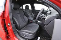 サイドサポートが強化されたスポーツシートが標準。テスト車のはオプションの本革仕様(標準はクロス&本革仕様)。