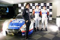 マシンを従えてテストデイの会見に臨んだ、KONDO RACINGの近藤真彦監督。後ろは、(左から)ジョアオ・パオロ・デ・オリベイラと安田裕信の両ドライバー。(写真=島村元子)