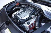 上級グレードに積まれる4.2リッターV8ユニットは、先代モデルのエンジンがベース。ただし改良の結果、22psの出力アップと燃費性能の向上が図られている。