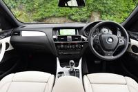 「X4 xDrive 35i Mスポーツ」のインテリア。ダッシュボードのデザインは「X3」に準じているが、ハイグロスブラック仕上げのセンターパネルや、随所に配されたクロムのインサートがさらなる質感を演出している。