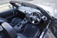 """インパネの5連メーターは新たにデザインされたもの。オーディオユニット上方のパネルや、空調吹き出し口のリングなど、全般に""""光りモノ""""が多用されている。なお、テスト車は、ディーラーオプションのHDDナビゲーションシステム(34万800円)付き。"""