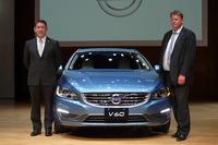 ボルボ・カー・ジャパン代表取締役社長のアラン・デッセルス氏(左)とヤン・イバーソン氏(右)。車両は2014年モデルの「V60」。