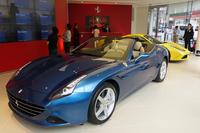 「Rosso Scuderia六本木ショールーム」に展示される「カリフォルニアT」と「458スペチアーレ」。