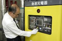 充電は簡単。急速充電器にある充電コネクターをリーフの急速充電ポートに挿し、充電開始ボタンを押すだけ。残量にもよるが約30分で80%まで充電ができる。