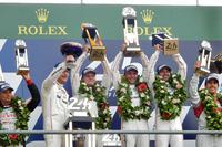最後の逆転劇で勝利を手にした、No.2 ポルシェ919 ハイブリッドのドライバーたち(写真中央)。ポルシェはルマン2連覇を達成した。(photo=Motoko Shimamura)