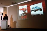 「トヨタ86」のプレスカンファレンスでのひとこま。多田哲也チーフエンジニア(写真左)が、かつてのハチロクをスライドで紹介した。